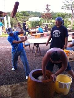 相撲力士と餅つき大会
